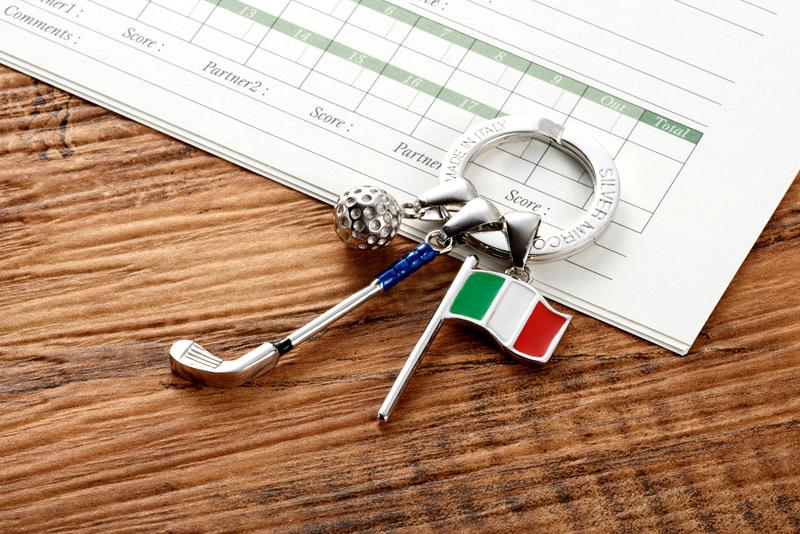 """イタリアの銀職人が七宝で作ったキーリング""""ゴルフモチーフ"""" 世界中で人気があり、老若男女問わず、万人を魅了するゴルフ。愛好家も喜ぶリアルなモチーフです。家や車のキーを取り付けるキーリングとして使うことができます。ゴルフをやる方への贈り物に最適です。"""