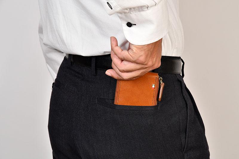 Milagro(ミラグロ)イタリアンレザー・ラウンドジップボックスコインケース cas515 ラウンドジップなので、たとえ小銭を多く収納しても、最大約2cmの厚さで収まり、ジッパーでしっかり閉まるので安心です。会社でのランチ外出や旅行、出張のサブ財布としても重宝します。