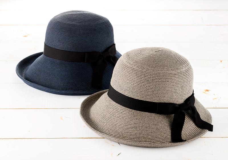 アクアメランジェ mm-aq001 ブルトン かぶり方がアレンジできる、人気のデザイン! ブルトンは前後つばに差をつけ、前つばを上げても下げても使える人気のデザイン。下げれば顔全体を覆い日差しから顔を守り、上げれば帽子がフレームとなり小顔効果も期待できる一石二鳥の帽子です。付属のリボンが取り外し可能。サイズ調整テープも付いています。