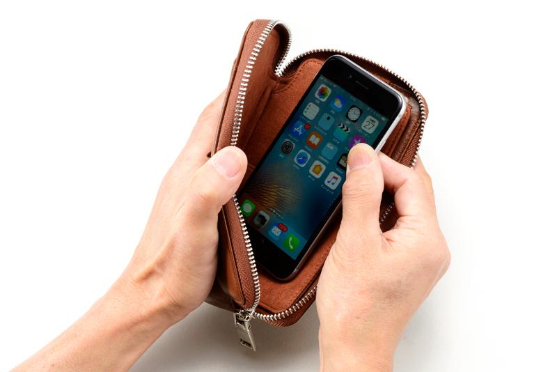 ミラグロ oh-bp054 本革(羊革) マルチウォレット柔らかく、手ざわりの良い 本革(羊革)使い方自由自在 内部仕切りの片方には、液晶が傷付かないように スウェード調の生地が使われています。スマートフォンも収納可能で、 ちょっとしたお出かけの際に便利です。