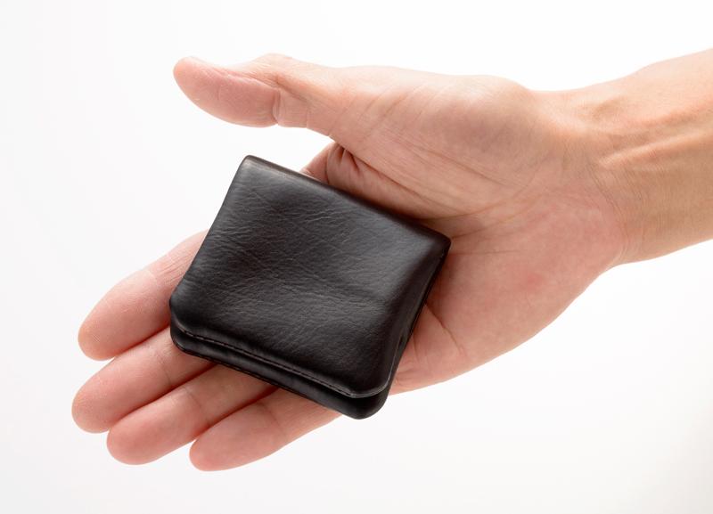 Milagro ミラグロ アニリンカーフ コインケース oh-bp303 見た目も質感も、ミニマルデザインのコインケース 素材は、しっとりとしてキメが細かい希少な革、カーフレザーを使用。何と言ってもすべすべとした手触りと使うごとに馴染む感じが革の良さを感じさせてくれます。 ポケットや小さなバッグにもすっきり収納できるミニマムなサイズです。