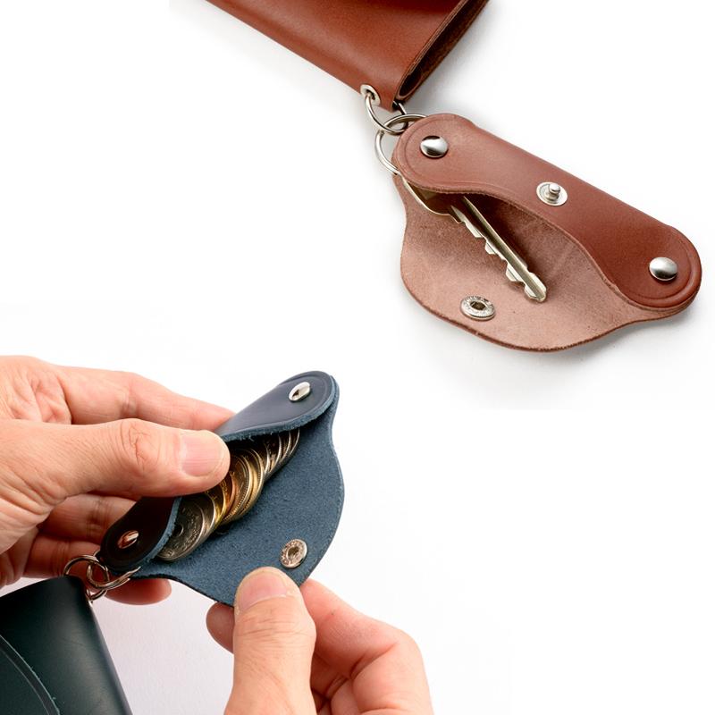 池之端銀革店 ot-c005 姫路産ヌメ革 ミニ財布&キーコインケース2WAYで使えて、 取り外しも自由自在 スティック状のケースは、両サイドに1本づつ計2本の鍵が収納可能。または、100円玉が10枚程収納出来る容量のコインケースとしても使用可能です。ケースは本体の財布と2重リングでつながっており、取り外しも自在です。
