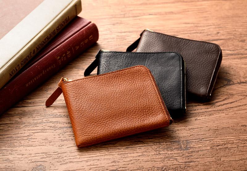 """池之端銀革店 ミネルバボックス L字ファスナー財布使うことで実感する""""想像以上の収納力と利便性"""" 小銭入れはカードポケット兼用。ファスナーを閉めれば逆さにしても小銭がこぼれない高さに設計。さらに底部分を敢えて縫い、底上げすることで、小銭が取り出しやすいだけでなく、カードを入れてもぴったりと収まる作りになっています。"""