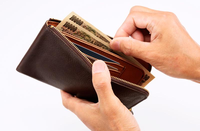 """池之端銀革店 ot-wl008 イタリアンシュリンクレザー L字ファスナー長財布 使うことで実感する""""想像以上の収納力と利便性"""" 小銭入れはカードポケット兼用。ファスナーを閉めれば逆さにしても小銭がこぼれない高さに設計。さらに底部分を敢えて縫い、底上げすることで、小銭が取り出しやすいだけでなく、カードを入れてもぴったりと収まる作りになっています。"""