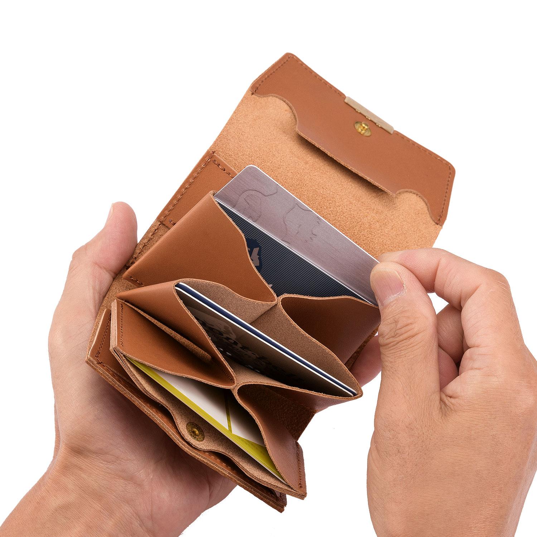 池之端銀革店 ot-ws001 日本製 池之端銀革店の新シリーズ 東京都台東区の「池之端銀革店」の新しいコンセプトの財布シリーズcom-ono(コモノ)。デザイン性に富んだcom-onoのマイクロウォレットは、ミニ財布よりも小さいながら小銭、カード、お札がしっかり収納でき、「財布」としての機能をしっかり果たしているのが特長です。
