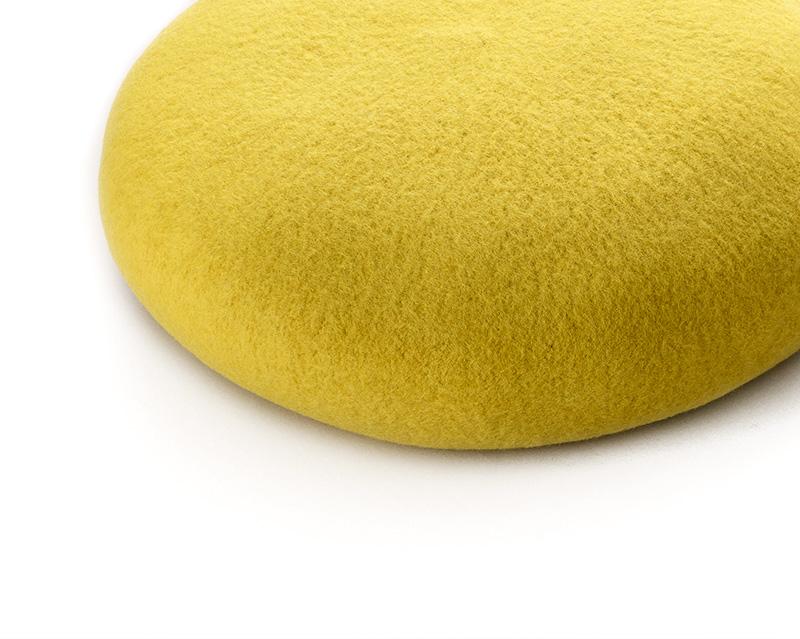 よこい ウールベレー帽 キッズ yo-br003 高品質なエクストラファインウールを使用 本製品に使用されるウールフェルトは、世界的な産地であるオーストラリアで紡毛紡績を行った糸を使用しており、その中でも特に品質の高いと評価されているジロン地方で産出されるメリノ種の羊毛。生後6ヶ月以内の子羊から採取したエクストラファインウールを使用しています。